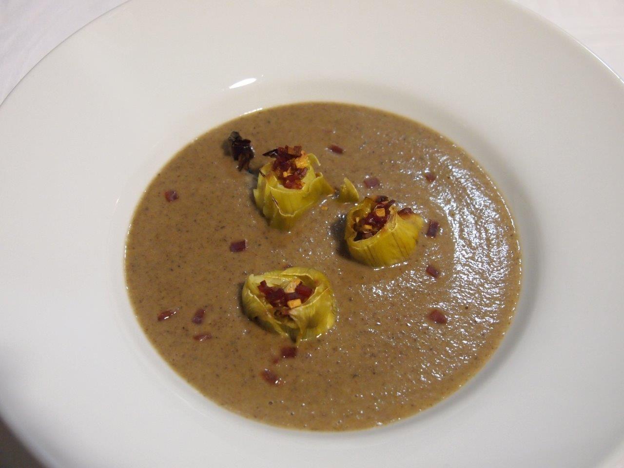 Crema de champiñones con flores de alcachofas