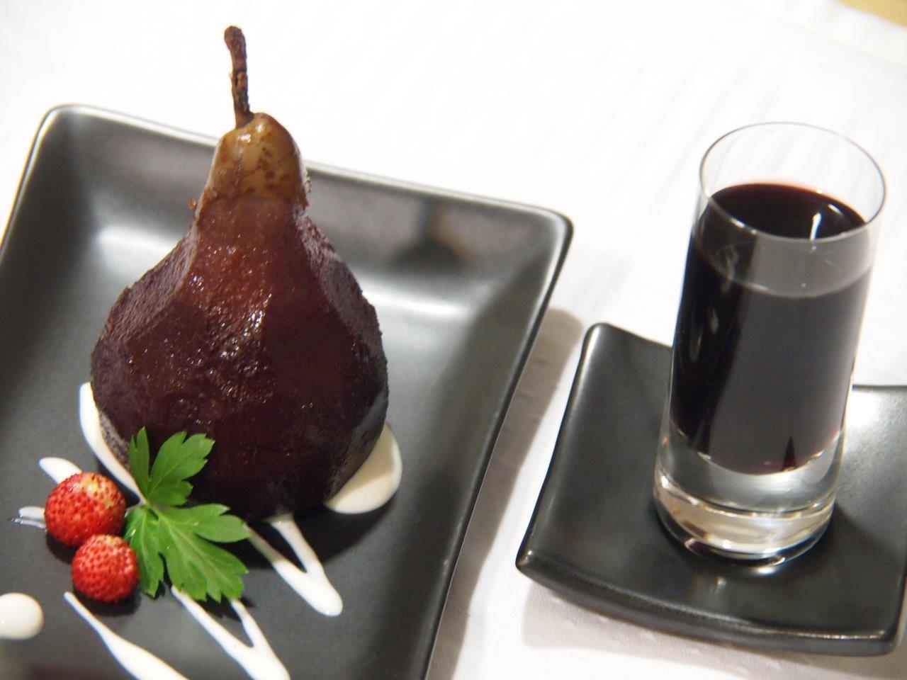 Peras al vino con chupito de vino especiado