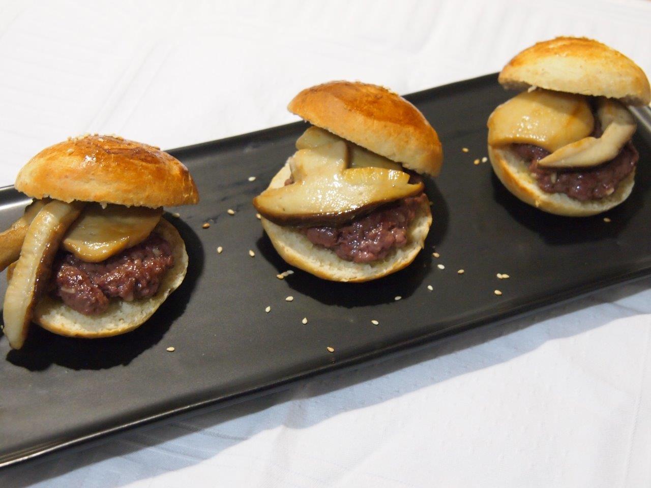 Mini-hamburguesas de avestruz con boletus confitados en pan dulce casero