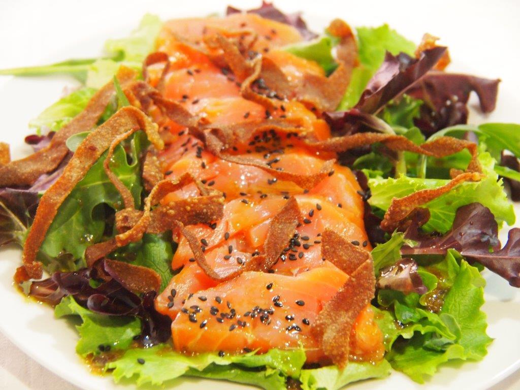 Sashimi de salmón con lechugas tiernas